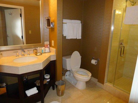 Omni Los Angeles at California Plaza: Bathroom