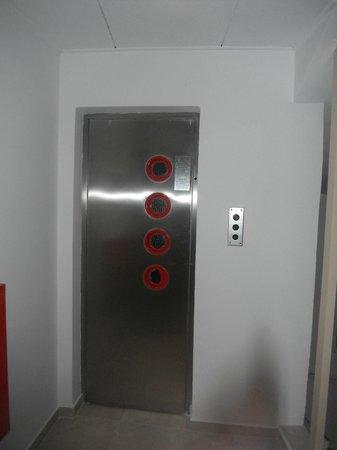 Hotel International: Elevator