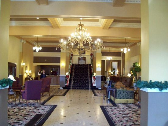 Peery Hotel: Walking in the front door. Beautiful lobby and staircase!
