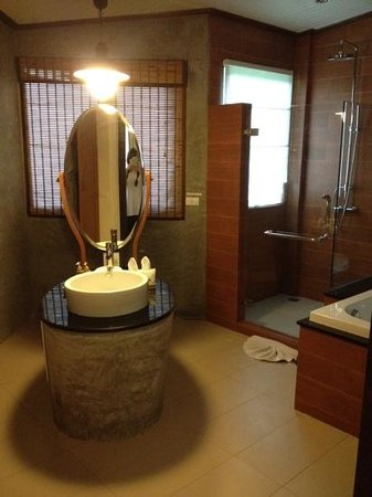 Aonang Phu Petra Resort, Krabi: spacious bathroom love it!