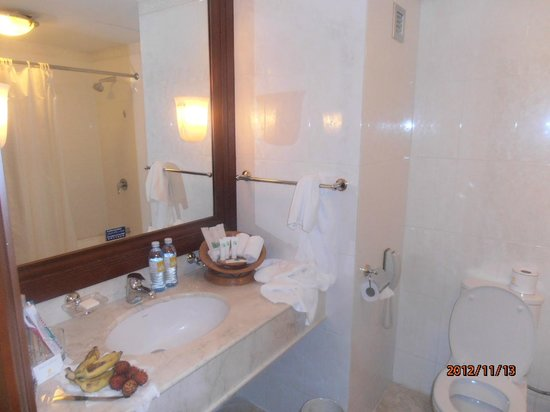 Hotel Cambodiana: Bathroom
