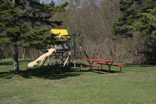 Little Marais Lakeside Cabins: Swing set for the kids and plenty of play area.