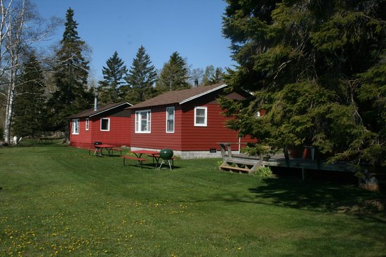 Little Marais Lakeside Cabins: All units have picnic tables and Webber grills.