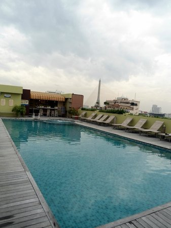 Nouvo City Hotel: the rooftop swimming pool