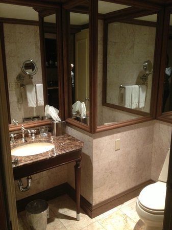 The Blakely New York: Bathroom