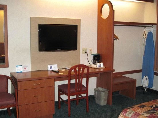 Sleep Inn: TV bolted to the wall over desk