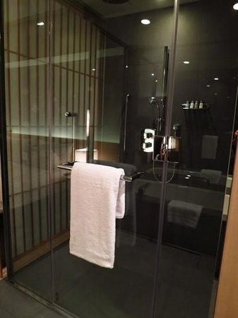 The Capitol Hotel Tokyu: spacious shower room in club room