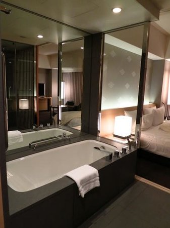 The Capitol Hotel Tokyu: Bathtub in Club room