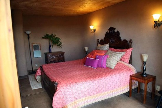 Earthship Biotecture: Bedroom.
