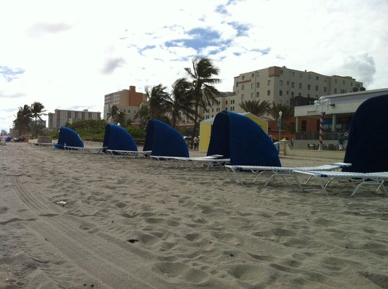 Hollywood Beach Suites, Hostel and Hotel: Beach with lounge rentals