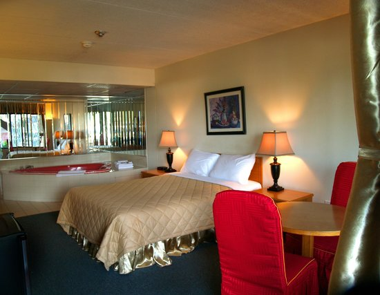 7 Days Inn Niagara Falls: This non-smoking room 1 queen bed and lovely heart-shaped Jacuzzi tub in the room.for up to 2 pe