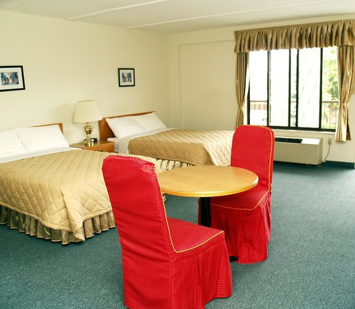 7 Days Inn Niagara Falls: This non-smoking room has 2 double beds for up to 4 persons, complete with 4 pc bath, cable tele