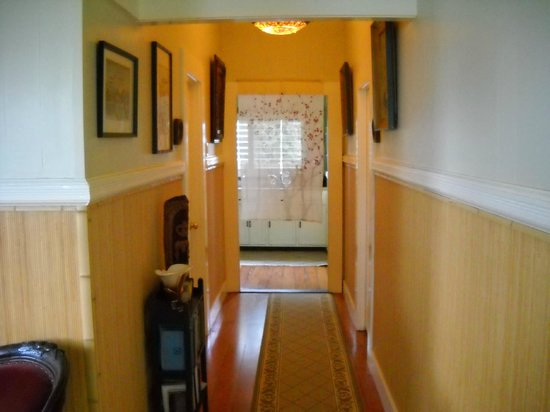 Hilo Bay Hale Bed & Breakfast: common hallway looking to the kitchen