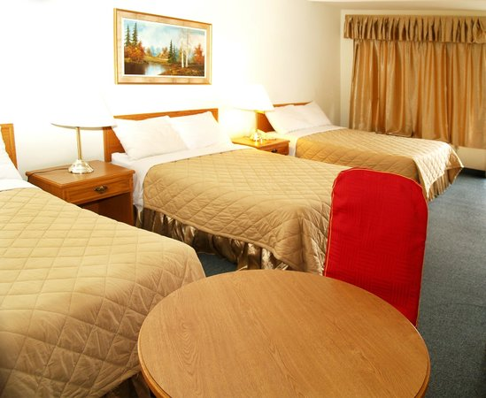 7 Days Inn Niagara Falls: This non-smoking room has 3 double beds for up to 6 persons, complete with 4 pc bath, cable tele
