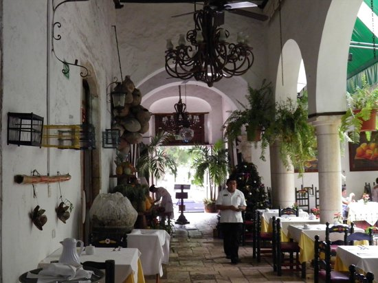 El Meson del Marques: Dining area is around a courtyard