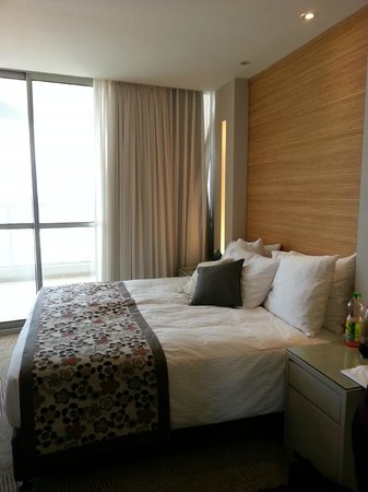 Ramada Netanya: bedroom very comfortable beds and stunning views