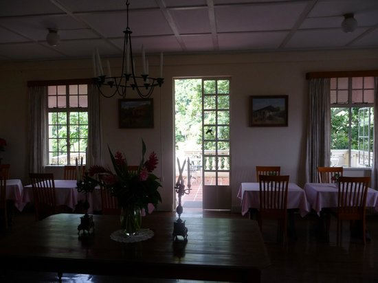 Pax Guest House: Dining room looking out to back terrace and jungle