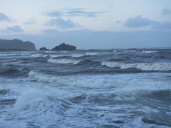 Hobuck Beach Resort : Stormy surf off of Hobuck Beach