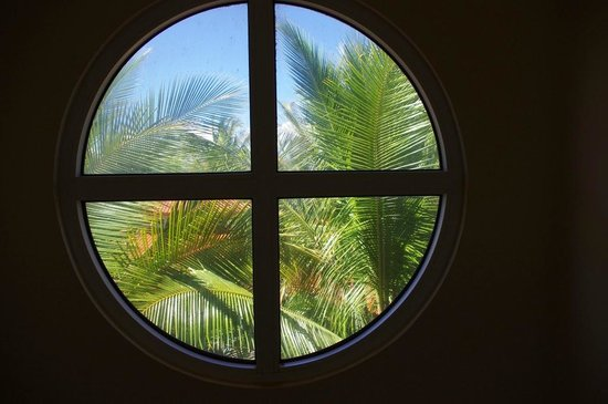 Hotel Las Olas Beach Resort: Spiral staircase window
