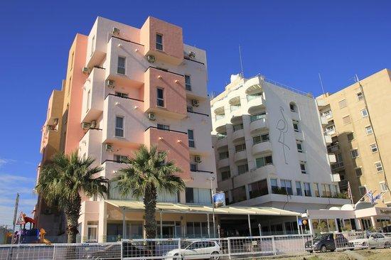 Flamingo Beach Hotel: Hotel from beach