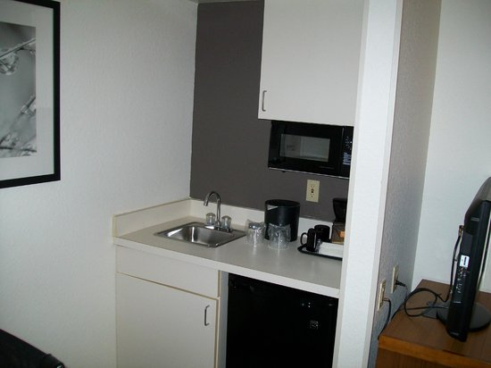SpringHill Suites Orlando Convention Center/International Drive Area: Kitchen Area with Coffee Maker, Fridge and Microwave