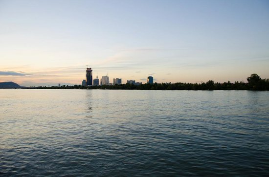 Hilton Vienna Danube Waterfront: The Donau at sunset, directly behind the hotel