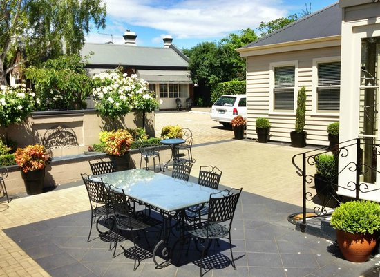 Kurrajong House: courtyard and guest rooms