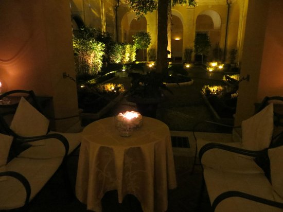 Palazzo Cardinal Cesi: courtyard in the evening, very cozy