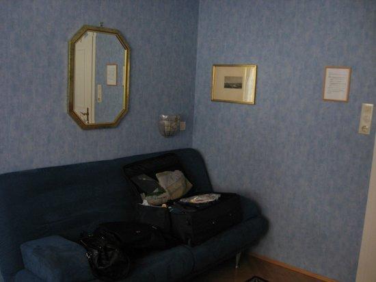 Gasthof zum Baren: Vorraum mit Sofa, Schrank, TV, Tisch, Stühlen