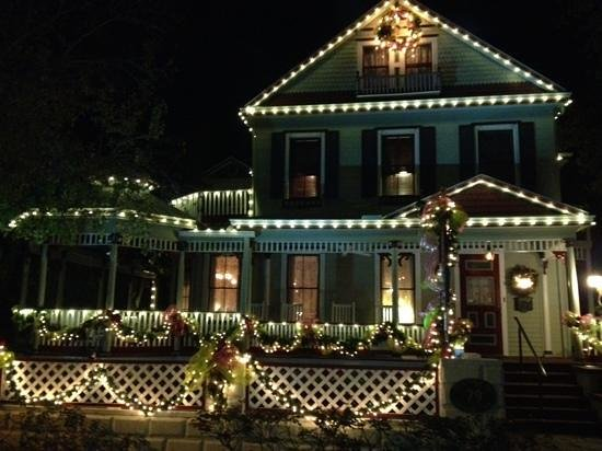 The Cedar House Inn: Cedar House Inn lit for the holidays
