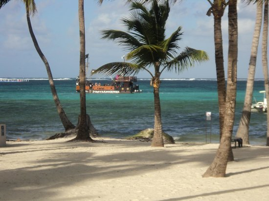 Barcelo Bavaro Palace: Beach area and Pirate Ship