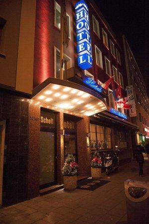 Hotel Drei Koenige: Exterior at Night