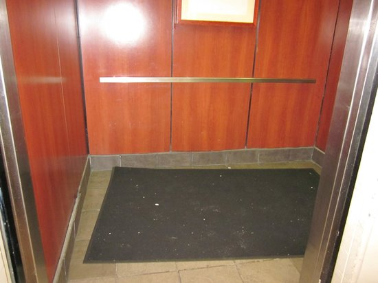 Holiday Inn San Francisco - Intl Airport: An other view of the dirty elevator