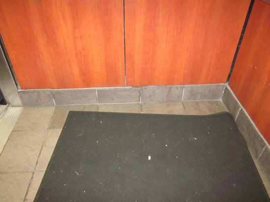 Holiday Inn San Francisco - Intl Airport: Dirty elevator