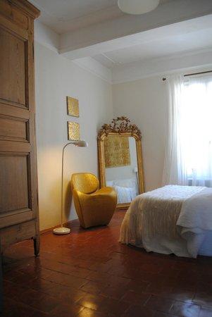 """Maison d'Hotes """"La Galerie"""": Notre chambre baroque, or et contemporaine"""