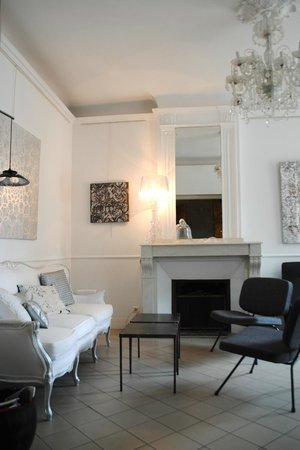 """Maison d'Hotes """"La Galerie"""" : Le salon, lieu d'échange au milieu des peintures"""