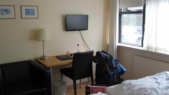 Guesthouse Sunna: Unser Doppelzimmer mit zwei Einzelbetten und Bad