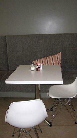 Guesthouse Sunna: Tisch im Frühstücksraum