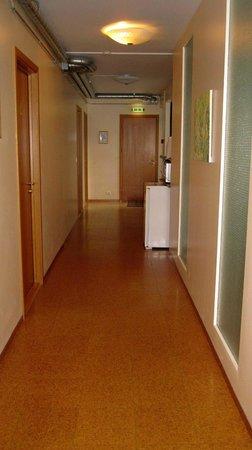Guesthouse Sunna: Der Flur zu unserem Zimmer im Erdgeschoß