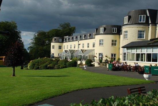 Bloomfield House Hotel, Leisure Club & Spa: Vue de la facade de l'hôtel coté lac