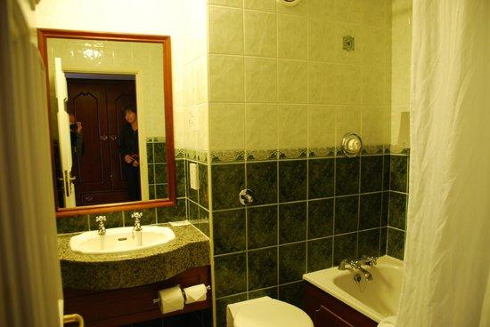 Yeats Country Hotel, Spa and Leisure Centre: Salle de bains de la chambre 407