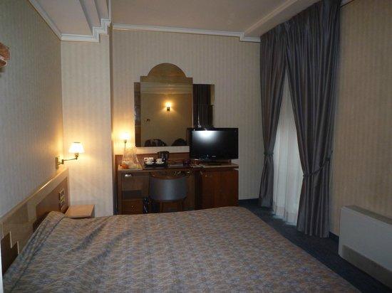 Astra Hotel: una parte della spaziosa camera