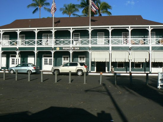 Best Western Pioneer Inn: View of the Pioneer Inn from the Lahaina waterfront
