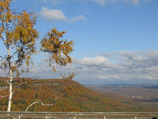 A view of the escarpment from the glen doone picnic area for Koi pond traduzione