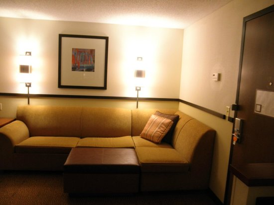 Hyatt Place Richmond Airport: couch