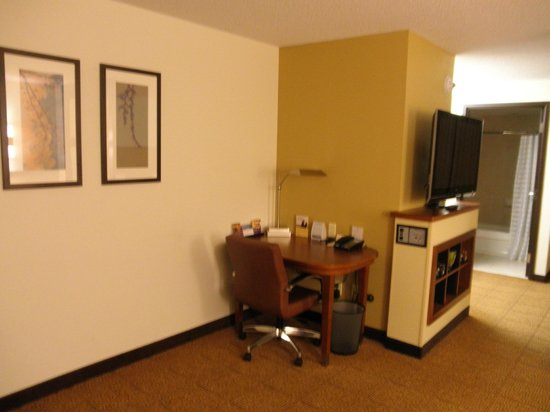 Hyatt Place Richmond Airport: desk next to tv