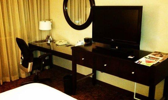 Sheraton Atlanta Hotel: Desk and flat-screen