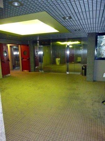 Novotel Milan Nord Ca Granda: l'androne all'uscita dall'ascensore