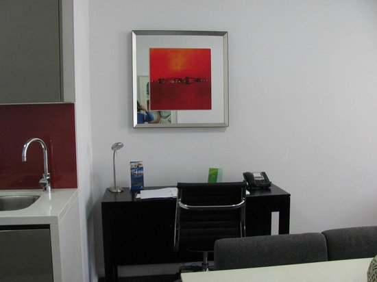 Meriton Serviced Apartments Campbell Street: A conveniently-provided desk