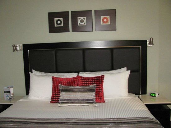 Meriton Serviced Apartments Campbell Street: The king-size bed